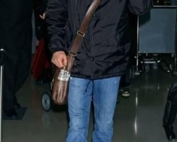 kiefer-sutherland-kiefer-sutherland-arrives-at-lax-from-new-york-01-14-07-rKbwiE